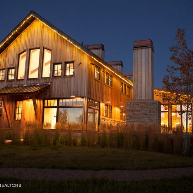 Wanna know how a $30,000,000 wooden ranch looks like? (23 HQ pictures)